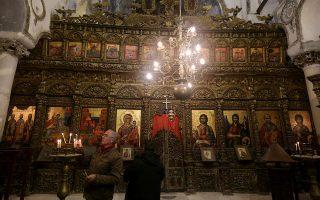 Πιστός στον περίτεχνο ναό της Αγίας Αννης στο χωριό Κοίμηση του Αργυροκάστρου.