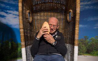Ηλικιωμένος ασθενής απολαμβάνει τους ήχους της θάλασσας σε οίκο ευγηρίας στην Ολλανδία. Πιθανώς τα αντιχολινεργικά σκευάσματα να αυξάνουν τον κίνδυνο εμφάνισης άνοιας.