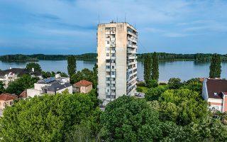 Άχαρες πολυκατοικίες, αλλά και συμπαθητικές μονοκατοικίες με θέα τον Δούναβη συνθέτουν το τοπίο του Βίντιν, των περίπου 90.000 κατοίκων. Φωτογραφίες: Αλέξανδρος Αβραμίδης