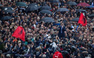 Ο ηγέτης της αντιπολίτευσης Λουλζίμ Μπάσα απευθύνεται σε οπαδούς του στη διάρκεια αντικυβερνητικής διαδήλωσης στα Τίρανα, τον Απρίλιο. ASSOCIATED PRESS