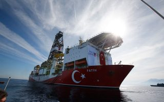 Εκτός από το «Φατίχ» (φωτ.) που έχει ξεκινήσει ήδη γεώτρηση στην κυπριακή ΑΟΖ, η Τουρκία απειλεί ότι θα στείλει στην περιοχή και δεύτερο πλωτό γεωτρύπανο, ονόματι «Γιαβούζ». Α.P./LEFTERIS PITARAKIS