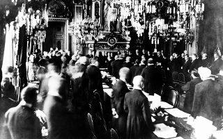Πέντε ακριβώς χρόνια μετά τη δολοφονία του αρχιδούκα Φραγκίσκου Φερδινάνδου της Αυστρίας και την έναρξη του Α' Παγκοσμίου Πολέμου, οι εκπρόσωποι των συμμαχικών κρατών της Αντάντ (ΗΠΑ, Γαλλία, Βρετανία, μεταξύ άλλων) και της Γερμανικής Αυτοκρατορίας υπογράφουν τη Συνθήκη των Βερσαλλιών, τη συνθήκη ειρήνης που σήμανε τη λήξη του «Μεγάλου Πολέμου», στο Παρίσι, το 1919. (AP Photo)