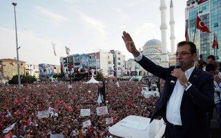 Ο Εκρέμ Ιμάμογλου μιλάει σε πολυπληθές ακροατήριο στην Κωνσταντινούπολη λίγες ημέρες πριν από τις σημερινές κρίσιμες επαναληπτικές δημοτικές εκλογές. Ολα τα προγνωστικά είναι υπέρ του. A.P./BURHAN OZBILICI