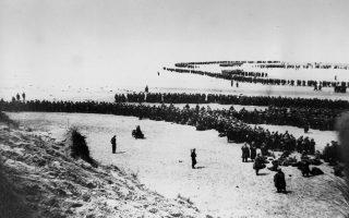 Ατελείωτες ουρές Βρετανών, Γάλλων και Βέλγων στρατιωτών περιμένουν τα πλοία της «Επιχείρησης Ντιναμό» στις ακτές της Δουνκέρκης, της συμμαχικής επιχείρησης εκκένωσης των παραλιών και του λιμανιού της γαλλικής πόλης από τα ηττημένα και περικυκλωμένα από τις γερμανικές δυνάμεις συμμαχικά στρατεύματα, το 1940. (AP Photo)