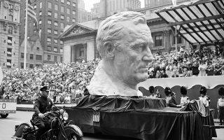 Μία γιγαντιαία επιβλητική προτομή του Αμερικανού προέδρου Φράνκλιν Ντελάνο Ρούζβελτ ξεχωρίζει στην στρατιωτική παρέλαση η «Νέα Υόρκη σε Πόλεμο», επτά μήνες μετά την είσοδο των Ηνωμένων Πολιτείων στον Β' Παγκόσμιο Πόλεμο, στην 5η Λεωφόρο του Μανχάταν, το 1942.