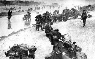 Στρατιώτες των συμμαχικών δυνάμεων αποβιβάζονται στις νορμανδικές ακτές, στη βόρεια Γαλλία, με τους Συμμάχους να κάνουν ένα από τα πιο καθοριστικά βήματα για την οριστική ήττα του Άξονα στο ευρωπαϊκό θέατρο του Β' ΠΠ, εισβάλοντας στη βορειοδυτική Ευρώπη από τα γαλλικά παράλια και ξεκινώντας τη δύσκολη πορεία τους προς τον Βορρά και την καρδιά του Τρίτου Ράιχ, στη Γερμανία, το 1944. (AP Photo/British Navy)