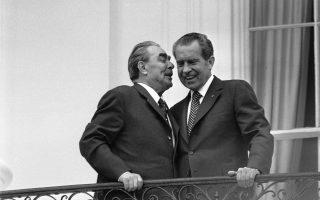 O ηγέτης της Σοβιετικής Ενωσης, Λεονίντ Μπρέζνιεφ, αριστερά, ψιθυρίζει στο αυτί του Αμερικανού προέδρου Ρίτσαρντ Νίξον στο μπαλκόνι του Λευκού Οίκου. Είχε προηγηθεί τελετή υποδοχής του Ρώσου ηγέτη στον Λευκό Οίκο. (AP Photo).