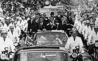 Το Δυτικό Βερολίνο επιφυλάσσει στον Αμερικανό πρόεδρο Τζον Φιτζέραλντ Κένεντι μία πανηγυρική πομπή στους δρόμους της πόλης, με καθαρά αμερικανικό χαρακτήρα, λίγο πριν την ιστορική του ομιλία με τη φράση «είμαι ένας Βερολινέζος», το 1963. (AP Photo)