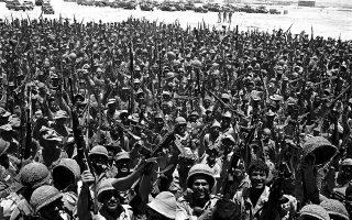 Ισραηλινοί στρατιώτες πανηγυρίζουν για το τέλος του Πολέμου των Έξι Ημερών, το οποίο βρήκε το Ισραήλ να έχει υπό τον έλεγχο του την Ανατολική Ιερουσαλήμ, τη Δυτική Όχθη, τη Λωρίδα της Γάζας, τα Υψίπεδα του Γκολάν και τη Χερσόνησο του Σινά, το 1967. Εδώ, οι στρατιώτες πανηγυρίζουν με τα όπλα σηκωμένα στο κατεχόμενο πλέον Σινά, το οποίο παρέμεινε υπό ισραηλινό έλεγχο μέχρι το 1981. (AP Photo)