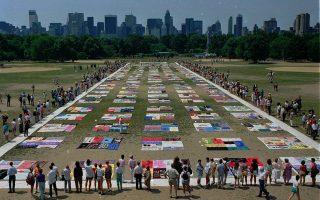 Περίπου 1.500 χρωματιστά παπλώματα με ραμμένα πάνω τους τα ονόματα των κατοίκων της Νέας Υόρκης που έχασαν τη ζωή τους από τον ιό του AIDS, έχουν τοποθετηθεί σε μία τοποθεσία του Σέντραλ Παρκ, προτού στη συνέχεια ενταχθούν στο πανεθνικό NAMES Project AIDS Memorial Quilt.( AP Photo/Wilbur Funches)