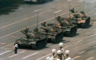 Ένας μοναχικός Κινέζος διαδηλωτής προτάσσει το σώμα του μπροστά στα τεθωρακισμένα οχήματα του κομμουνιστικού καθεστώτος της Κίνας, την επομένη της σκληρής καταστολής της φοιτητικής εξέγερσης της πλατείας Τιενανμέν, όταν η αχανής πλατεία της «Ουράνιας Γαλήνης» μετατράπηκε σε ένα απέραντο σφαγείο από τα πυρά του κινεζικού στρατού, το 1989. (AP Photo/Jeff Widener)