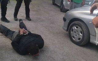 Ο δραπέτης που συνελήφθη την περασμένη Δευτέρα (φωτ.) βρισκόταν στο ψυχιατρείο των φυλακών Κορυδαλλού τον περασμένο Μάρτιο, όταν ξέσπασε σύρραξη μεταξύ κρατουμένων με απολογισμό ένα νεκρό και έντεκα τραυματίες.