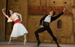 Ο πρωτοεμφανιζόμενος Ουκρανός χορευτής Ολεγκ Ιβένκο (δεξιά) ενσαρκώνει τη λαμπερή αλλά και δύστροπη προσωπικότητα του Νουρέγιεφ.