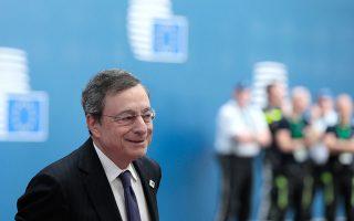 Ο Μάριο Ντράγκι επεσήμανε ότι η ΕΚΤ μπορεί να αλλάξει τους κανόνες που διέπουν την ποσοτική χαλάρωση και να αυξήσει το ποσοστό των κρατικών ομολόγων που θα αγοράζει.