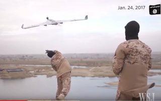 Εικόνα από προπαγανδιστικό βίντεο του Ισλαμικού Κράτους που δημοσίευσε η «Wall Street Journal», στο οποίο μαχητές εμφανίζονται να απογειώνουν drone της τρομοκρατικής οργάνωσης.