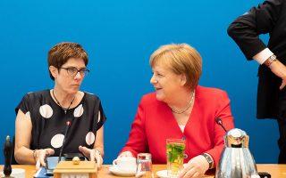 Η επικεφαλής των Χριστιανοδημοκρατών Ανεγκρετ Κραμπ-Καρενμπάουερ με την καγκελάριο Αγκελα Μέρκελ.