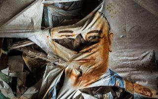 Σκισμένο πορτρέτο Σοβιετικού αξιωματούχου σε εγκαταλελειμμένο θέατρο στο Πριπιάτ. BRYAN DENTON/THE NEW YORK TIMES