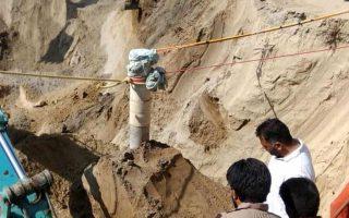 Ο Φατεχβίρ Σινγκ έπεσε την Πέμπτη στο πηγάδι βάθους 33 μέτρων και διαμέτρου 23 εκατοστών, την ώρα που έπαιζε στο χωράφι, το οποίο βρίσκεται κοντά στο σπίτι του στην περιοχή Σανγκρούρ (Φωτογραφία από το ινδικό πρακτορείο ειδήσεων)