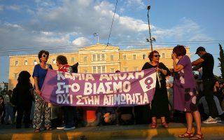 Κοπέλλες, κάποιες μέλη φεμινιστικών ομάδων, εχουν συγκεντρωθεί στο Σύνταγμα σε μία διαμαρτυρία  ενάντια στο άρθρο 336 του νέου Ποινικού Κώδικα, ο οποίος προβλέπει τη μετατροπή του βιασμού σε πλημμέλημα, υπό συγκεκριμένες προϋποθέσεις. ενάντια στο άρθρο 336 του υπό ψήφιση αναθεωρημένου Ποινικού Κώδικα, ο οποίος προβλέπει τη μετατροπή του βιασμού σε πλημμέλημα, υπό συγκεκριμένες προϋποθέσεις, Αθήνα Τετάρτη 5 Ιουνίου 2019.   ΑΠΕ-ΜΠΕ/ΑΠΕ-ΜΠΕ/ΟΡΕΣΤΗΣ ΠΑΝΑΓΙΩΤΟΥ
