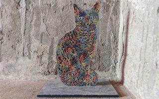 Μία από τις πολλές γάτες που μαζί με τα πλάσματα του ουρανού (κουκουβάγιες, κοράκια, γεράκια) «κατοικούν» στην εγκατάσταση «Μνήμη» της Κίκι Σμιθ.