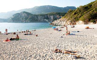 Μία από τις ωραιότερες παραλίες του νησιού, η Ροβινιά. (Φωτογραφία: ΤΖΟΥΛΙΑ ΚΛΗΜΗ)