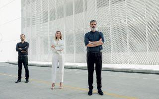 Ο καλλιτεχνικός διευθυντής της ΕΛΣ Γιώργος Κουμεντάκης, η Βασιλική Αδαμίδου, διευθύντρια επικοινωνίας και εταιρικής υπευθυνότητας  της Lidl Ελλάς, και ο καλλιτεχνικός διευθυντής της Εναλλακτικής Σκηνής της ΕΛΣ, Αλέξανδρος Ευκλείδης. Φωτογραφίες: Τάσος Βρεττός