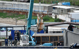 Στη φωτογραφία διακρίνεται η μεταφορά των δύο θηλαστικών σε σύνολο 100 που βρίσκοτναι σον κόλπο Σρέντνταγια, στο καταφύγιο θαλάσσιων θηλαστικών στη Ρωσία. REUTERS/Yuri Maltsev