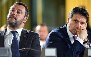 Ο αντιπρόεδρος της ιταλικής κυβέρνησης Ματέο Σαλβίνι (αριστερά) εκμεταλλεύεται στο έπακρον τη φθορά που υφίσταται ο πρωθυπουργός Τζουζέπε Κόντε (δεξιά). REUTERS/GUGLIELMO MANGIAPANE