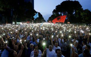 Eδώ και μήνες, χιλιάδες πολίτες διαδηλώνουν στα Τίρανα, χρεώνοντας στην κυβέρνηση Ράμα σχέσεις με εμπόρους ναρκωτικών και ζητώντας την παραίτησή της.