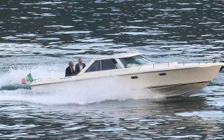 Ο τέως πρόεδρος των ΗΠΑ Μπαράκ Ομπάμα και ο ηθοποιός Τζορτζ Κλούνεϊ διασχίζουν με σκάφος τη λίμνη Κόμο στη βόρειο Ιταλία. Η βαρκάδα ήταν ένας μόνο σταθμός των ευρωπαϊκών διακοπών της οικογενείας Ομπάμα. Το ταξίδι στη Γηραιά Ηπειρο ξεκίνησε για το πρώην προεδρικό ζεύγος και τις δύο κόρες του από τη Γαλλία, όπου συναντήθηκαν με τον τραγουδιστή των U2 Μπόνο και τον κιθαρίστα The Edge.