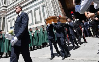 epa07655378 The coffin of late Italian director Franco Zeffirelli is carried out of the Florence's Duomo at the end of the funeral service, in Florence, Italy, 18 June 2019. Zeffirelli has died in Rome on 15 June. He was 96.  EPA/ETTORE FERRARI