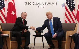 Χωρίς θεαµατική εξέλιξη στο θέµα των ρωσικών πυραύλων S-400, που απειλεί να εκτροχιάσει τις αµερικανοτουρκικές σχέσεις, έληξε η χθεσινή συνάντηση Τραµπ - Ερντογάν στην Οσάκα, στο περιθώριο του G20. Μορατόριουµ στον εµπορικό πόλεµο ΗΠΑ - Κίνας και επανάληψη των διαπραγµατεύσεων απέφερε η συνάντηση του Αµερικανού προέδρου µε τον Κινέζο οµόλογό του Σι Τζινπίνγκ.
