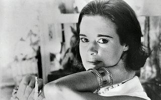 Η Γκλόρια Βάντερμπιλτ  (1924-2019) τη δεκαετία του 1950. Μητέρα τεσσάρων αγοριών, σύζυγος (με τέσσερις γάμους), σχεδιάστρια μόδας, συγγραφέας, καλλιτέχνις και ηθοποιός, η Βάντερμπιλτ πέθανε στις 15 Ιουνίου στα 95 της χρόνια, στο σπίτι της στη Νέα Υόρκη.