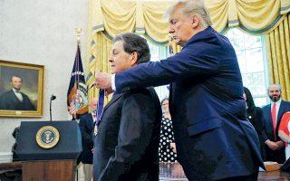 Ο Αμερικανός πρόεδρος Ντόναλντ Τραμπ απονέμει το προεδρικό μετάλλιο ελευθερίας στον οικονομολόγο Αρθουρ Λάφερ.