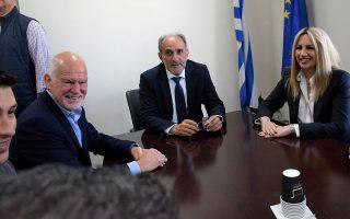 (Ξένη δημοσίευση)  Η πρόεδρος του Κινήματος Αλλαγής, Φώφη Γεννηματά (Δ) μαζί με τον πρώην πρωθυπουργό, Γιώργο Παπανδρέου (2Α),  συνομιλούν με τον Περιφερειάρχη  Απόστολο Κατσιφάρα (2Δ) κατά την επίσκεψή τους στην Περιφέρεια Δυτικής Ελλάδας, την Πέμπτη 16 Μαΐου 2019. Η πρόεδρος του ΚΙΝΑΛ πραγματοποίησε επίσκεψη στο Ρίο και το Αίγιο, στο πλαίσιο της περιοδείας της στο Νομό Αχαΐας.   ΑΠΕ- ΜΠΕ/ΚΙΝΑΛ/STR