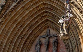 Γλυπτό που απεικονίζει Απόστολο απομακρύνεται από τον καθεδρικό της Ερφούρτης.