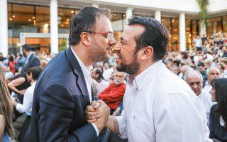 Είμαι βέβαιος ότι η βαθιά φιλία, που διακρίνουμε αμέσως στα πρόσωπα των δύο υπουργών, θα γίνει ακόμη βαθύτερη, καθώς Θανάσης Θεοχαρόπουλος και Νίκος Παππάς θα δώσουν από κοινού τον αγώνα των εκλογών ως υποψήφιοι του ΣΥΡΙΖΑ στην Β3 Νοτίου Τομέα Αθηνών. Ο υπουργός Τουρισμού των 60 ημερών και πρόεδρος της ΔΗΜΑΡ έχει επίσης να ανταγωνισθεί τους Γ. Κυρίτση, Ν. Ξυδάκη, Θεανώ Φωτίου, Ζουάο (για τους πολύ φίλους, Ζουαζίνιο) Μπαλαφίνιο, Γ. Μουζάλα και άλλους, στην ίδια εκλογική περιφέρεια. Οπότε καλώς τον ασπάζεται ο Παππάς, διότι στην προκειμένη περίπτωση είναι που ισχύει το δεύτε λάβετε τελευταίον ασπασμόν...