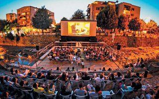 Η πόλη ανοίγει τους χώρους της για το καλοκαίρι, μετατρέποντας περισσότερο ή λιγότερο δημοφιλή σημεία ενδιαφέροντος σε θερινά σινεμά με ελεύθερη είσοδο.