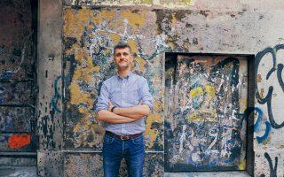 Ο Κώστας Πράπογλου, φωτογραφημένος στην Κυψέλη, είναι ένας επιμελητής εκθέσεων που προκαλούν γεγονότα στην πόλη.