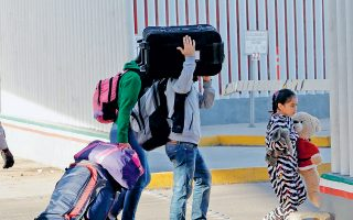 Η Ουάσιγκτον απειλεί με κλιμακωτούς δασμούς σε όλα τα μεξικανικά προϊόντα που εισάγονται στη χώρα, αρχής γενομένης με 5% από τις 10 Ιουνίου, εάν δεν υπάρξει χαλιναγώγηση της παράτυπης μετανάστευσης. Η απόφαση αυτή προκάλεσε σοβαρή αναταραχή στα διεθνή χρηματιστήρια και δη στα ευρωπαϊκά.