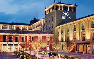 Η απρογραμμάτιστη καριέρα του Κόνραντ Χίλτον ως ξενοδόχου ξεκινάει: το 1925 ανοίγει στο Ντάλας το πρώτο ξενοδοχείο με το όνομα Χίλτον, ενώ ακολουθούν με γοργό ρυθμό και άλλα. Με τις αγορές των ξενοδοχείων Roosevelt και Plaza στη Νέα Υόρκη, κάνει την αλυσίδα ξενοδοχείων να εκπροσωπείται από τη μία έως την άλλη ακτή των ΗΠΑ. Τρία χρόνια αργότερα ιδρύεται η Hilton Hotels Corporation, ο πρώτος ξενοδοχειακός κολοσσός που εισάγεται στο χρηματιστήριο της Νέας Υόρκης.