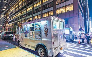 Ο Δημήτριος Τσίρκος και οι συνεργάτες του είχαν ιδρύσει την εταιρεία New York Ice Cream και πωλούσαν μέσω ειδικά διαμορφωμένων φορτηγών παγωτά στο κεντρικό Μανχάταν. Ομως, στα φορτηγά της εταιρείας του Τσίρκου είχαν κοπεί περίπου 22.500 κλήσεις για παράνομο παρκάρισμα, κυκλοφορία σε λεωφορειολωρίδες και άλλες τροχαίες παραβάσεις μεταξύ 2009 και 2017.