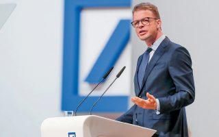 Στο πλαίσιο του σχεδίου αναδιάρθρωσης που έχει χαράξει ο διευθύνων σύμβουλος της Deutsche Bank Κρίστιαν Ζέβινγκ (φωτ.), οι μονάδες διαπραγμάτευσης μετοχών εκτός ηπειρωτικής Ευρώπης θα συρρικνωθούν ή θα κλείσουν εντελώς. Αυτό σημαίνει πως θα δρομολογηθούν μεγάλες περικοπές στο προσωπικό που διαθέτει ο γερμανικός κολοσσός στις ΗΠΑ και στη Βρετανία, όπου απασχολεί περίπου 8.000 και 10.000 άτομα αντίστοιχα.