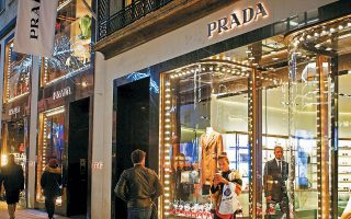 Η Prada προσχωρεί σε ένα κίνημα που αποκτά όλο και μεγαλύτερη επιρροή στον χώρο της μόδας: την ευαισθησία για το περιβάλλον. Ανάλογες μορφές ανακυκλωμένου πλαστικού –το γνωστό ως Econyl– χρησιμοποιούν πολλοί άλλοι οίκοι μόδας, μεταξύ των οποίων οι Stella McCartney, Adidas και Triumph.