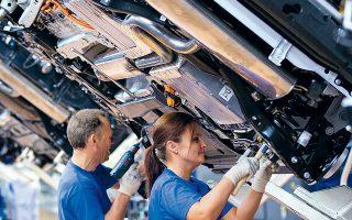 H Ford σχεδιάζει να κλείσει το εργοστάσιό της στην περιοχή Μπρίτζεντ της Βρετανίας το 2020 και θα χαθούν 1.700 θέσεις εργασίας, ενώ η Honda δήλωσε ότι θα κλείσει στο Σουίντον το εκεί εργοστάσιο έως το 2021, θέτοντας εν κινδύνω 3.500 θέσεις εργασίας.
