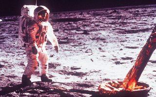 21 Ιουλίου 1969. Ο αστροναύτης Εντγουιν «Μπαζ» Ολντριν βαδίζει στη Θάλασσα της Γαλήνης, την περιοχή όπου προσεδαφίστηκε η σεληνάκατος «Αετός».