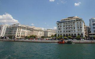 """Η πλατεία Αριστοτέλους στην παραλία Θεσσαλονίκης, την Παρασκευή 12 Ιουνίου 2015. Αγιασμός έγινε στο καραβάκι """"Κωνσταντής"""" που ξεκίνησε τα δρομολόγια  από το Λιμάνι της Θεσσαλονίκης στο Λευκό Πύργο, την Καλαμαριά, την Περαία, τους Νέους Επιβάτες και την Αγία Τριάδα, επιχειρώντας να εξυπηρετήσει τους κατοίκους της περιοχής και συγχρόνως να προσελκύσουν επισκέπτες και τουρίστες σε μια ξεχωριστή διαδρομή.  ΑΠΕ-ΜΠΕ/ΑΠΕ-ΜΠΕ/ΝΙΚΟΣ ΑΡΒΑΝΙΤΙΔΗΣ"""