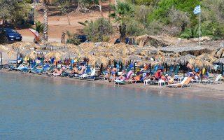 Το καλοκαίρι συνεχίζεται και τον Σεπτέμβρη, καθώς λουόμενοι απολαμβάνουν τον ήλιο και τη θάλασσα στην παραλία της Καραθώνας στο Ναύπλιο, Σάββατο 15 Σεπτεμβρίου 2018. ΑΠΕ-ΜΠΕ/ ΑΠΕ-ΜΠΕ/ ΜΠΟΥΓΙΩΤΗΣ ΕΥΑΓΓΕΛΟΣ