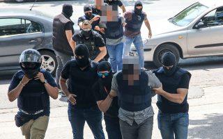 Οι Γιάννης Δημητράκης και Κώστας Σακκάς, μαζί με την 39χρονη συνεργό τους, οδηγήθηκαν την Πέμπτη στον εισαγγελέα και πήραν προθεσμία για να απολογηθούν ενώπιον του ανακριτή την Τρίτη για ένοπλη ληστεία.