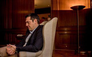Ο απερχόμενος πρωθυπουργός υπό την πίεση του αξιώματος στο γραφείο του στο Μέγαρο Μαξίμου.